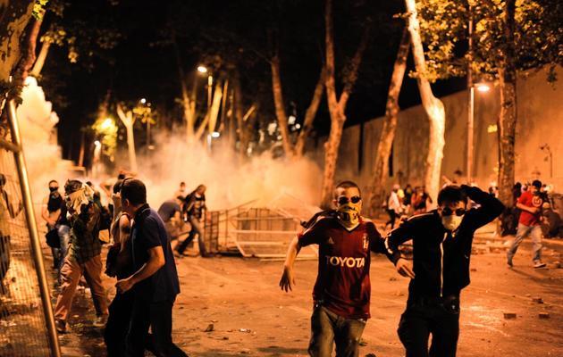 Des manifestants affrontent les policiers dans les rues d'Istanbul, entre Taksim et Besiktas, le 1er juin 2013 [Gurcan Ozturk / AFP]