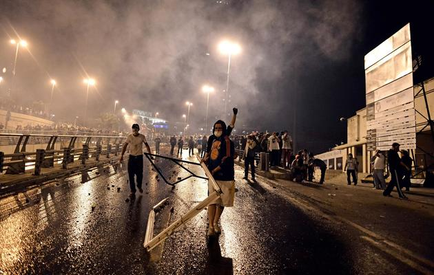 Des manifestants font face à la police anti-émeutes le 4 juin 2013 à Istanbul [Aris Messinis / AFP]