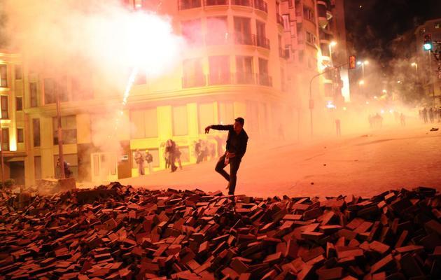 Un manifestant lance des projectiles contre la police, le 5 juin 2013 à Istanbul [Bulent Kilic / AFP]