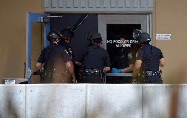 Des policiers enquêtent sur le campus de Santa Monica, le 7 juin 2013, après une fusillade qui a fait au moins 5 morts [Joe Klamar / AFP]