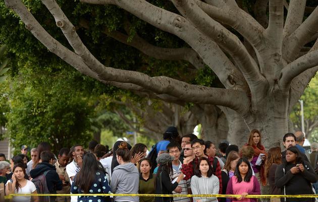 Des étudiants sur les lieux d'une fusillade, le 7 juin 2013 sur le campus du collège de Santa Monica, près de Los Angeles [Joe Klamar / AFP]