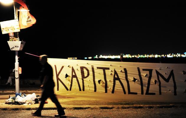 Un homme marche devant une inscription, à Izmir, le 9 juin 2013 [Ozan Kose / AFP]