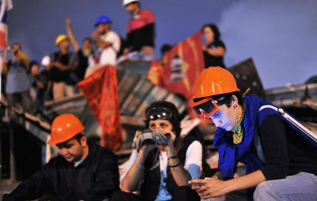 Des manifestants munis de masques à gaz dans le parc Gezi d'Istanbul, le 13 juin 2013 [Ozan Kose / AFP]
