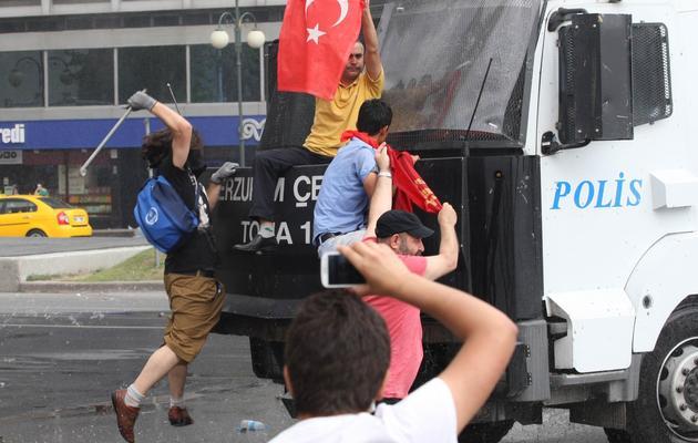 Manifestants à l'assaut d'un canon à eau de la police le 16 juin 2013 à Ankara [Adem Altan / AFP]