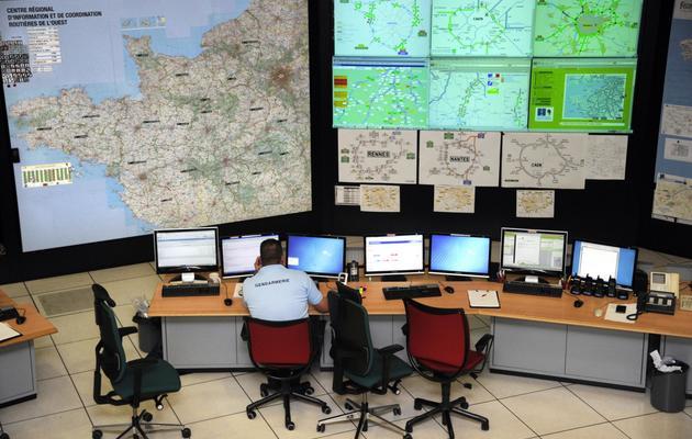 Des gendarmes devant leurs ordinateurs le 22 novembre 2011 à Saint-Grégoire dans la salle opérationnelle du Centre Régional d'Information et de Coordination Routières (CRICR) de l'Ouest [Damien Meyer / AFP/Archives]