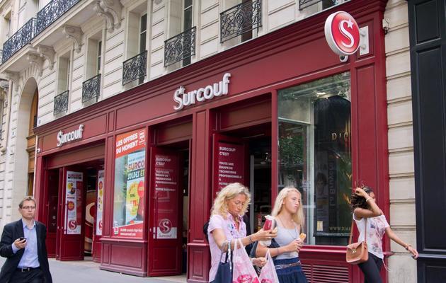 Des personnes passent devant l'entrée d'un magasin Surcouf, le 5 juillet 2012 à Paris  [Marion Berard / AFP/Archives]