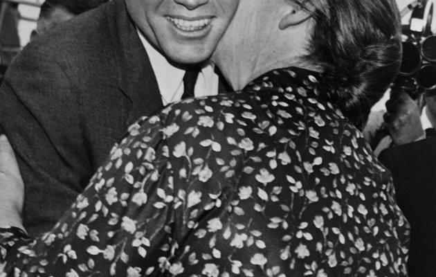 Le président américain John Fitzgerald Kennedy est embrassé par sa cousine irlandaise Mary Ryan lors d'une visite à Dunganstown, en Irlande, le 28 juin 1963 [ / JFK Presidential Library/AFP/Archives]