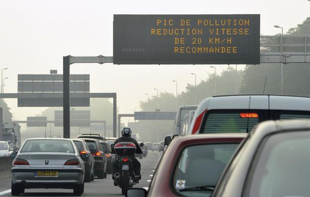 Vitesse abaissée en raison de la pollution le 24 mai 2012 sur le périphérique à Paris  [Philippe Huguen / AFP]