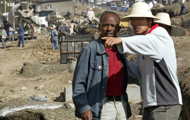 Un travailleur chinois (d) supervise la construction d'un chantier à Addis-Abeba, en avril 2007 [Simon Maina / AFP/Archives]