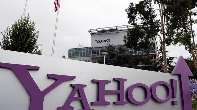 Le logo de Yahoo devant le siège du groupe en Californie, en 2012 [Justin Sullivan / Getty Images/AFP/Archives]