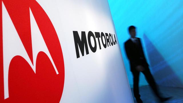 Un homme passe à côté du logo Motorola [Spencer Platt / AFP/Getty Images/Archives]