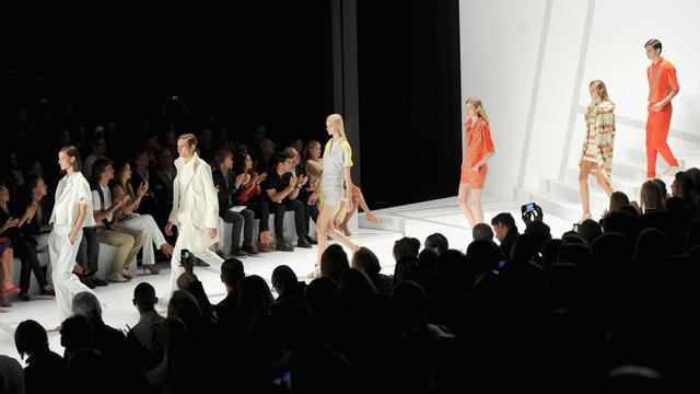 Silhouettes épurées chez Lacoste, plumes d'autruche chez Prabal Gurung et clones fluorescentes chez Alexander Wang, les défilés se sont poursuivis samedi au même rythme trépidant à la Fashion week de New York, et qu'importe les pluies violentes qui ont déferlé sur la ville. [GETTY IMAGES NORTH AMERICA]