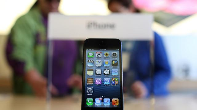 Un iPhone 5 présenté dans un Apple Store à San Francisco le 21 septembre 2012 [Justin Sullivan / Getty Images/AFP]