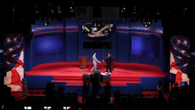 Deux étudiants figurent Barack Obama et Mitt Romney lors des répétitions techniques du débat entre les deux candidats à la Maison Blanche, le 2 octobre 2012 à Denver [Win Mcnamee / Getty Images/AFP]