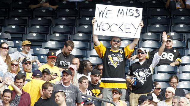 """Des amateurs de hockey avec un panneau """"le hockey nous manque"""", le 3 octobre 2012 à Pittsburgh [Justin K. Aller / Getty Images/AFP/Archives]"""