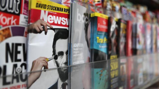 Un exemplaire de Newsweek sur un étale de journaux, à New York [John Moore / Getty Images/AFP/Archives]