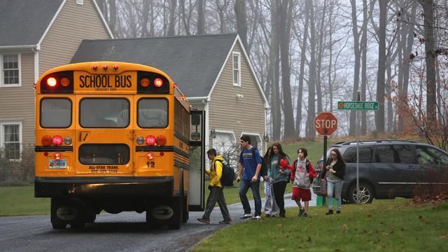 Des élèves reprennent le chemin de l'école le 18 décembre 2012 à Newtown