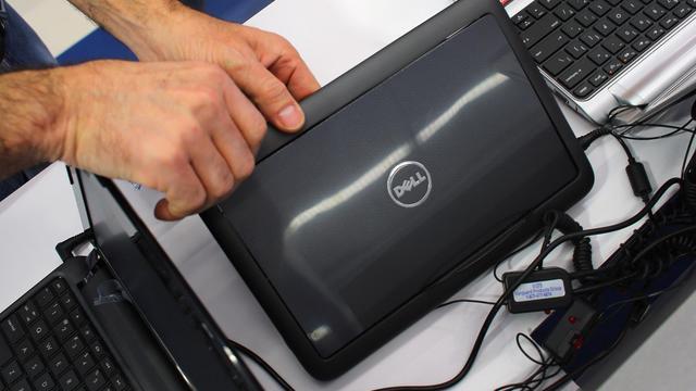 Un client regarde un ordinateur Dell dans un magasin à Miami, en Floride, le 5 février 2013 [Joe Raedle / Getty Images/AFP/Archives]