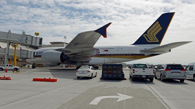 Un avion de la compagnie Singapore Airlines, le 6 mars 2013 à l'aéroport de Los Angeles [Kevork Djansezian / Getty Images/AFP/Archives]