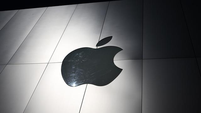 Le logo d'Apple sur la façade d'un magasin du groupe, en avril 2013 à San Francisco [Justin Sullivan / Getty Images/AFP/Archives]