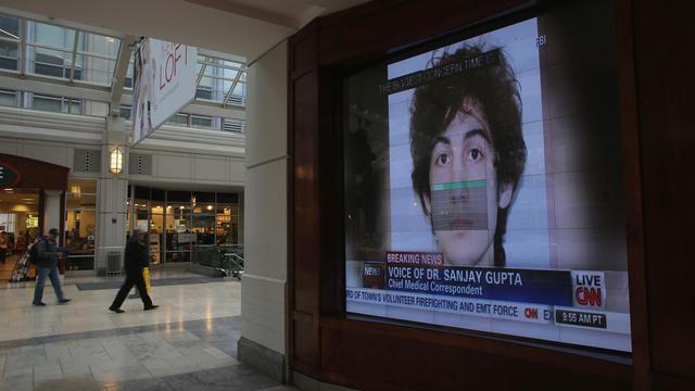 Une photographie de Djokhar Tsarnaev projetée sur un écran de télévision dans un grand magasin à Boston, le 23 avril 2013 [Mario Tama / Getty Images/AFP/Archives]
