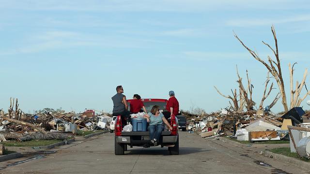 Des personnes traversent un quartier de Moore, en Oklahoma, dévasté par une tornade le 2 juin 2013 [Justin Sullivan / AFP/Getty Images]