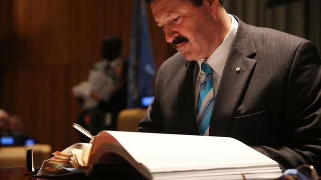 L'Australien Michael Joseph Kelly signe le traité sur le commerce des armes, à New York le 3 juin 2013 [Spencer Platt / Getty Images/AFP]