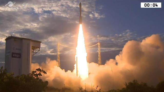 Lancement d'une fusée Ariane depuis la Guyane.