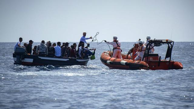 LFI et EELV souhaitent la création d'une force européenne de sauvetage des migrants en Méditerranée, quand LR veulent qu'ils soient systématiquement ramenés sur les côtes africaines.