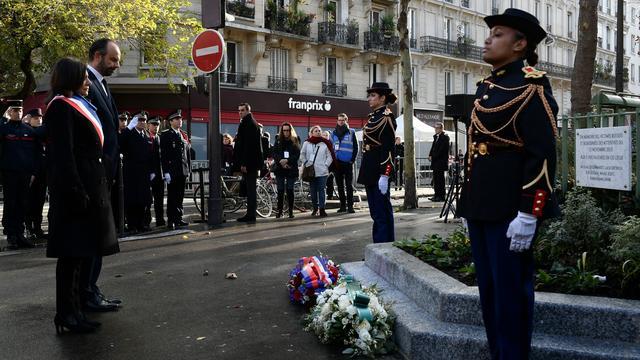L'an passé, la maire de Paris s'était recueillie avec le Premier ministre devant les lieux touchés par les attentats.