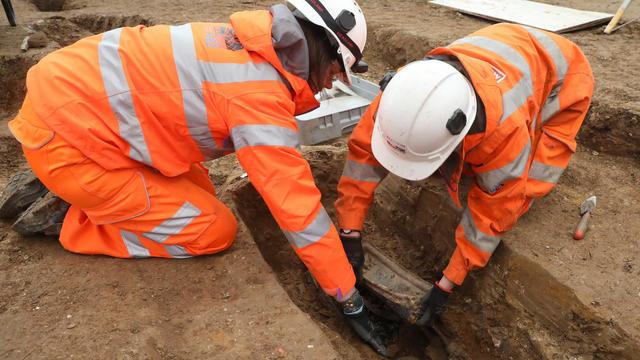 Des archéologues qui fouillaient un vaste lieu de sépulture, près de la gare de Euston, ont déclaré ce vendredi avoir fait la découverte d'un plastron funéraire.