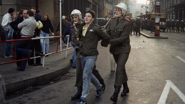 Un manifestant est arrêté le 28 octobre 1989 à Prague.