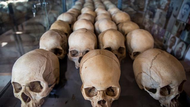Une série de crânes alignés au musée du mémorial du génocide à Kigali.