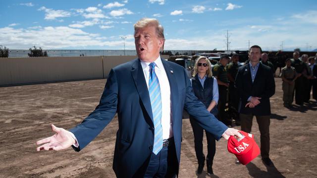 Donald Trump lors du début de la construction de son mur en avril 2019 en Californie.