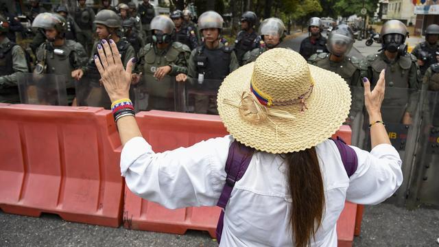 Une opposante demande aux militaires de désobéir à Maduro lors d'une manifestation à Caracas