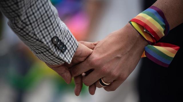 Le taux de suicide en Suède et au Danemark entre 1989-2002 et 2003-2016 a baissé de 46 % chez les homosexuels, contre 28 % chez les personnes hétérosexuelles.