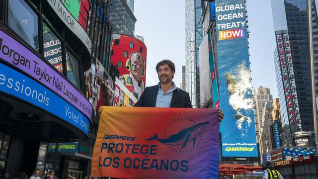 Dans le cadre d'une campagne de communication de Greenpeace, Javier Bardem a soutenu, lundi à Times Square, la création d'un traité de protection des océans.