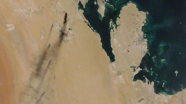 Les images satellites des frappes en Arabie Saoudite. Les trainées noires à gauche de l'image sont les fumées causées par les attaques.