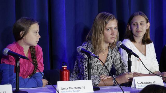 Iris Duquesne était assise aux côtés de Greta Thunberg, lundi, à New York, en marge du sommet de l'ONU sur le climat, lors de l'annonce du lancement par seize jeunes d'une action en justice contre cinq Etats pour inaction climatique.