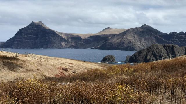 L'île de Robinson Crusoé fait partie, avec l'île Alexander Selkirk, de l'archipel Juan Fernandez, situé à 700 km des côtes chiliennes.