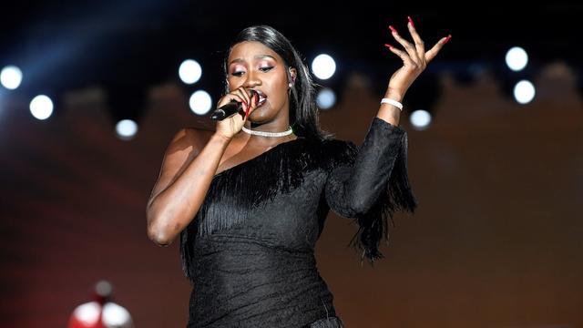 La chanteuse de 24 ans a opté pour une teinte vieux rose avec des reflets bordeaux.