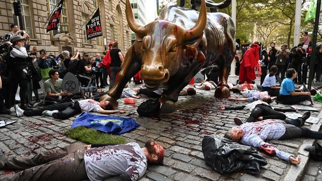 A New York, certains militants se sont allongés au sol dans du faux sang.