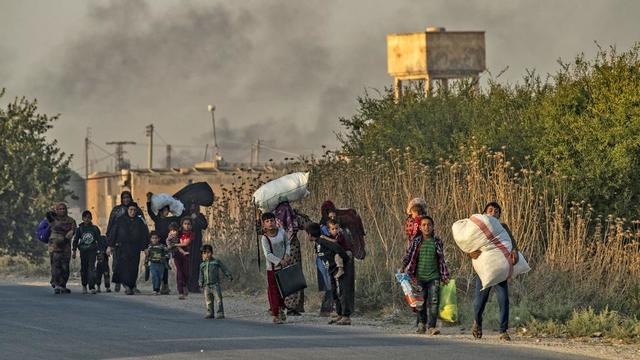 Des Kurdes et des Arabes syriens fuient les bombardements turcs à la frontière syrienne.