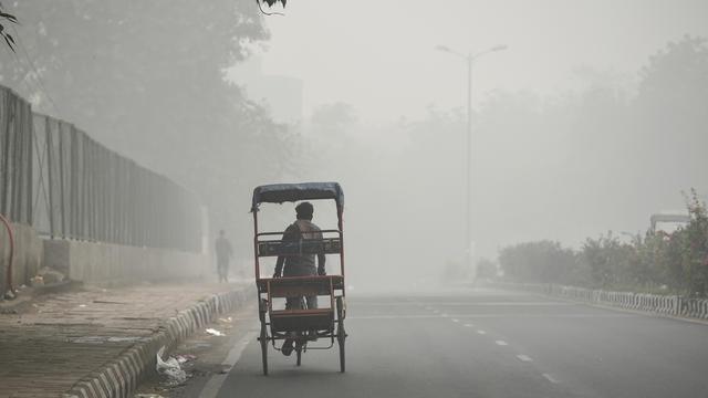 Un épais brouillard de pollution recouvre New Delhi, la capitale indienne.