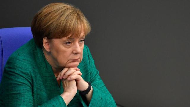 L'avenir d'Angela Merkel à la tête de l'Allemagne est remis en question par l'élection à la tête de son allié gouvernemental du SPD de dirigeants critiques envers cette alliance.