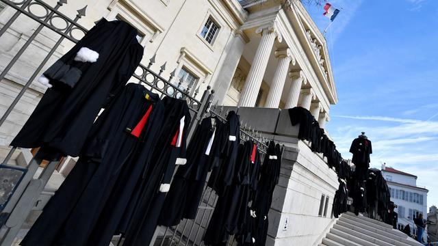 Le 13 janvier à Marseille, des avocats ont suspendu leur robe aux grilles du palais de justice pour protester contre la réforme des retraites voulue par le gouvernement.