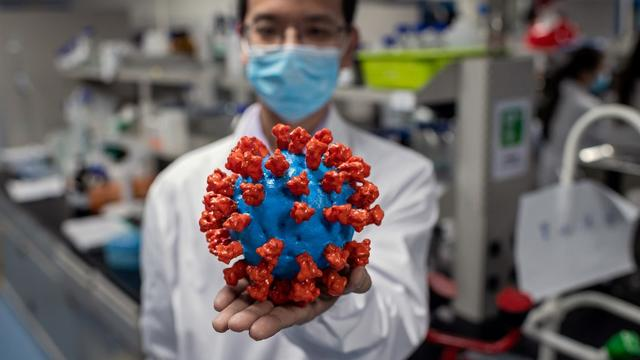 Un coronavirus représenté en plastique en Chine, le 29 avril.