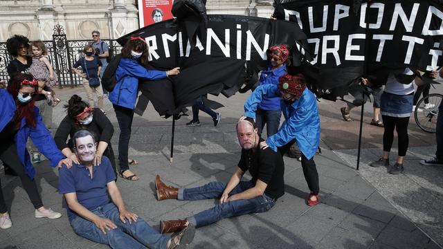 Les militantes s'opposent aux nominations de Gérard Darmanin et Eric Dupont-Moretti.