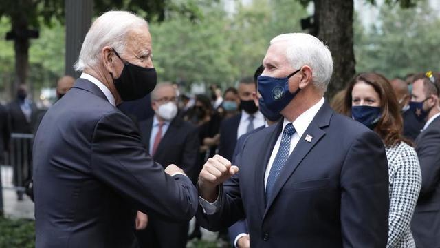 Joe Biden (à gauche) et Mike Pence (à droite) se feront tous deux vacciner en public.
