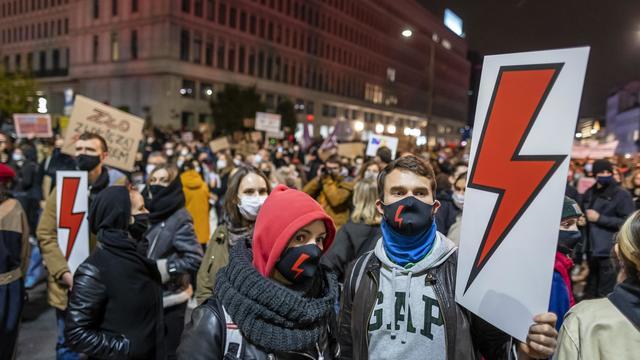 Le symbole de leur révolte est une foudre rouge. Ici, le 30 octobre à Varsovie.